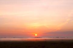 Sonnenaufgang über Nebel auf Weide Stockfoto