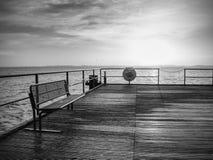 Sonnenaufgang über Ozean Leerer hölzerner Pier am bunten Morgen stockbild