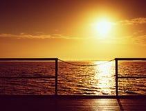 Sonnenaufgang über Ozean Leerer hölzerner Pier am schönen bunten Morgen Touristischer Kai Stockfoto