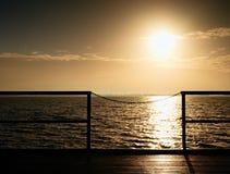 Sonnenaufgang über Ozean Leerer hölzerner Pier am schönen bunten Morgen Touristischer Kai Lizenzfreies Stockfoto