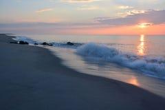 Sonnenaufgang über Ozean mit brechenden Wellen Lizenzfreie Stockfotografie