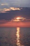 Sonnenaufgang über Ozean mit reflektierenden Strahlen Stockbild