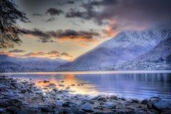 Sonnenaufgang über purpurroten Bergen des Remarkables Stockfoto