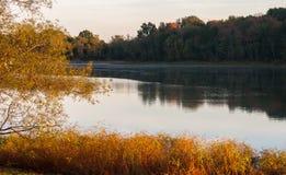 Sonnenaufgang über ruhigem Fluss Stockbild