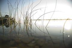 Sonnenaufgang über ruhigem See Lizenzfreie Stockfotos