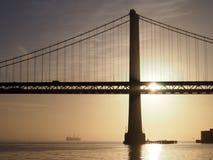Sonnenaufgang über San Francisco Bay und durch die Bucht-Brücke mit b Lizenzfreie Stockfotos