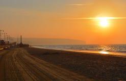 Sonnenaufgang über sauberem Strand Stockfotografie