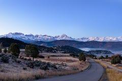 Sonnenaufgang über Schnee bedeckte San Juan Mountains nahe Ridgway Colorad mit einer Kappe lizenzfreies stockfoto
