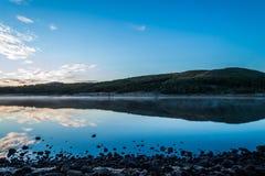Sonnenaufgang über See Hvaleyri Island lizenzfreie stockfotos