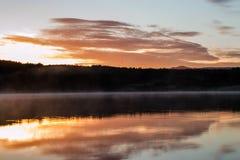 Sonnenaufgang über See Hvaleyri Island lizenzfreies stockbild