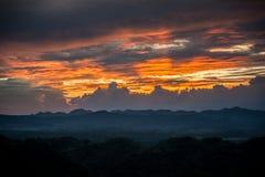 Sonnenaufgang über silhouettierten Bergen Stockfoto