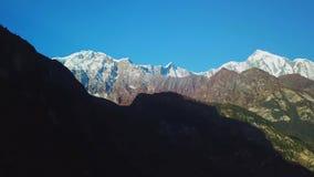 Sonnenaufgang über Spitze in der Himalaja-Strecke, Nepal stock footage