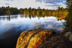 Sonnenaufgang über Spring- Hillteich in den Adirondack-Bergen von neuem Lizenzfreie Stockfotos
