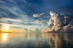 Sonnenaufgang über Sulu-Meer in Borneo Stockbild