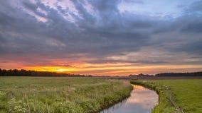 Sonnenaufgang über Tieflandriver valley Landschaft stockfoto