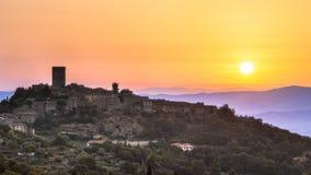 Sonnenaufgang über toskanischem Dorf Lizenzfreie Stockfotografie