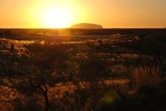 Sonnenaufgang über Uluru (Ayers Felsen) stockfotografie