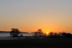 Sonnenaufgang über Wiese Lizenzfreies Stockfoto