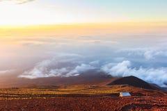 Sonnenaufgang über Wolken und warmem Himmel Stockbilder
