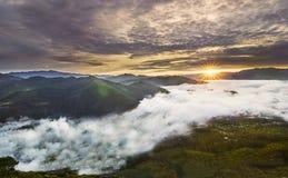 Sonnenaufgang über Wolkenmeer Stockfotos
