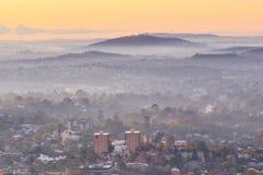 Sonnenaufgang-Ansicht der Brisbane-Stadt vom Berg-Blässhuhn-tha Stockfotos