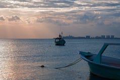 Sonnenaufgang-Ansicht des mexikanischen Fischerbootes und Ponga/Skiff in Hafen Puerto Juarez von Cancun bellen stockbild