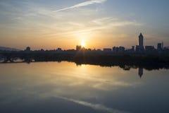 Sonnenaufgang-Ansicht von Taipeh-Stadt stockbild