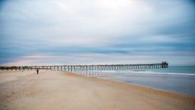Sonnenaufgang am atlantischen Strand-Pier auf Emerald Isle stockfoto