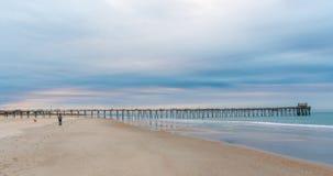 Sonnenaufgang am atlantischen Strand-Pier auf Emerald Isle lizenzfreie stockbilder