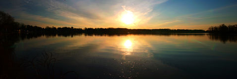 Sonnenaufgang auf angenehmem See lizenzfreie stockbilder