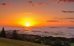 Sonnenaufgang auf Auerberg-Berg, Bayern, Deutschland stockfoto