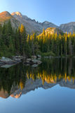 Sonnenaufgang auf Bear See in Rocky Mountain National Park Stockbild