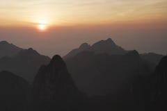 Sonnenaufgang auf Bergen lizenzfreies stockfoto