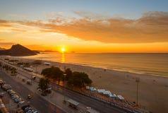 Sonnenaufgang auf Copacabana und Leme setzen in Rio de Janeiro auf den Strand Stockfotografie