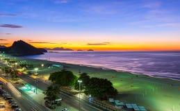 Sonnenaufgang auf Copacabana und Leme setzen in Rio de Janeiro auf den Strand Stockfoto
