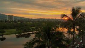 Sonnenaufgang auf dem Ala Wai lizenzfreies stockbild