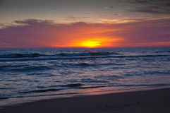 Sonnenaufgang auf dem Atlantik lizenzfreies stockbild
