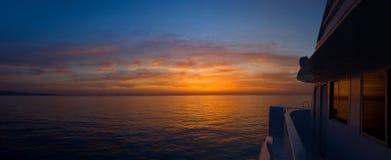 Sonnenaufgang auf dem Boot Stockfotos