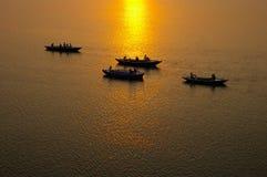 Sonnenaufgang auf dem Fluss Ganges Stockfotos