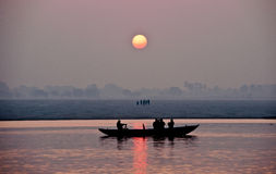 Sonnenaufgang auf dem Ganges in Varanasi Lizenzfreie Stockbilder