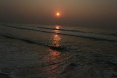 Sonnenaufgang auf dem Meer in Thailand: Stockfoto