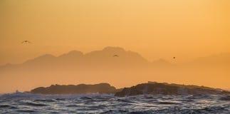 Sonnenaufgang auf dem Ozean Ansicht über Stadt und Tabellen-Berg vom seaa versehen mit Seiten Falscher Schacht Berühmter Kanonkop Stockbilder