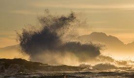 Sonnenaufgang auf dem Ozean Ansicht über Stadt und Tabellen-Berg vom seaa versehen mit Seiten Falscher Schacht Berühmter Kanonkop Stockfotografie