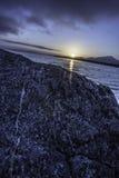 Sonnenaufgang auf dem See mit dem Vordergrund mit Felsen Lizenzfreies Stockbild