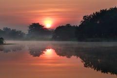 Sonnenaufgang auf dem See mit Nebel lizenzfreie stockfotografie