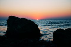 Sonnenaufgang auf dem Sommermeer in der blauen Stunde lizenzfreie stockfotos