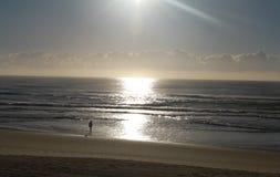 Sonnenaufgang auf dem Strand Stockfoto