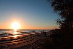 Sonnenaufgang auf dem Strand stockbild