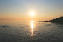 Sonnenaufgang auf dem Strand Stockfotos