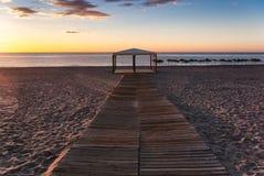 Sonnenaufgang auf dem Strand mit einem Gazebo in Mojacar Almeria lizenzfreies stockbild